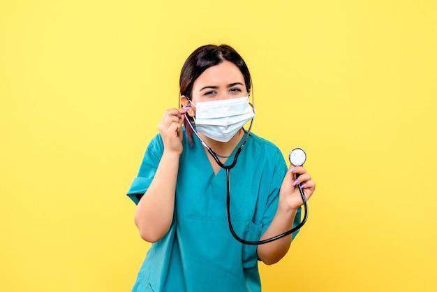 Widok z boku lekarza noszącego maskę