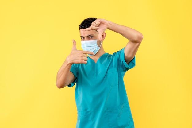 Widok z boku lekarza pozującego