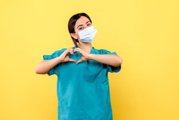 Widok z boku lekarza uratuje życie pacjentów z covid