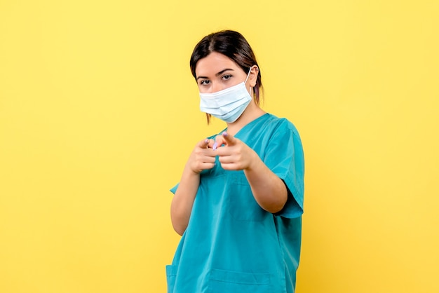 Widok z boku lekarza w masce jest dumny, że wyleczyła pacjentów koronawirusem