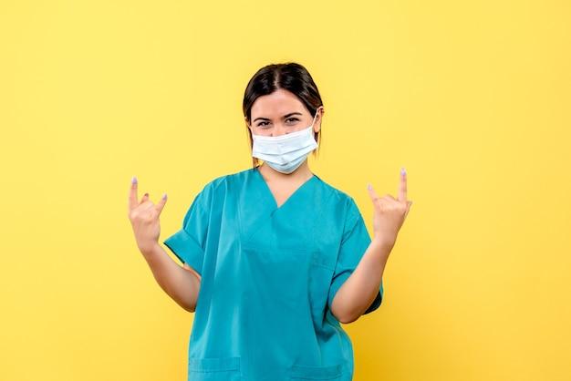 Widok z boku lekarza w masce lekarz w masce opowiada o leczeniu pacjentów z covid