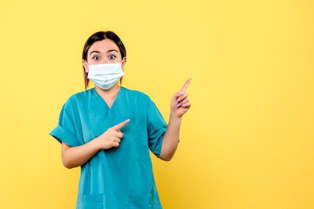 Widok z boku lekarza w masce lekarz w masce wie, jak wyleczyć pacjenta