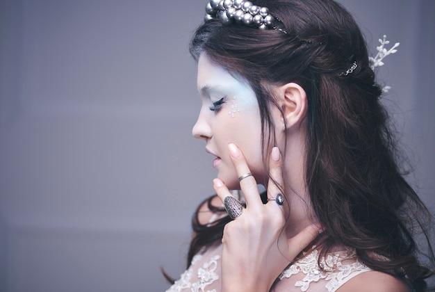 Widok z boku ludzkiej twarzy królowej lodu