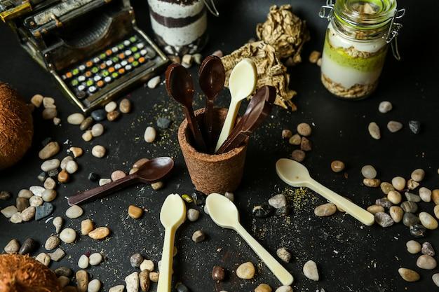 Widok z boku łyżki do czekoladek czarno-białych