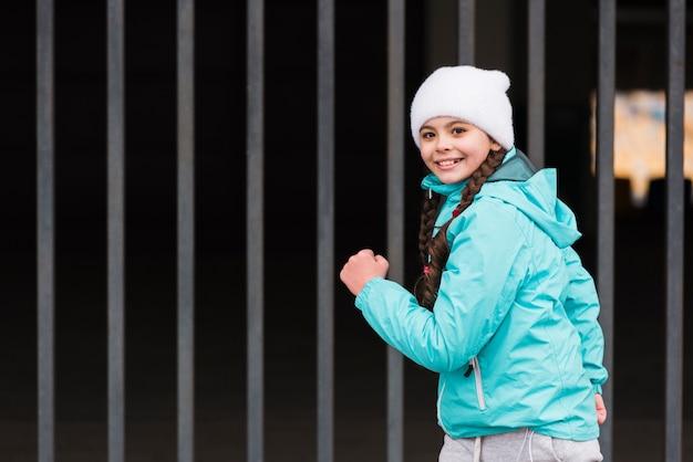 Widok z boku małej dziewczynki bieg