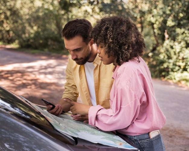 Widok z boku mapy konsultingowej na zewnątrz pary