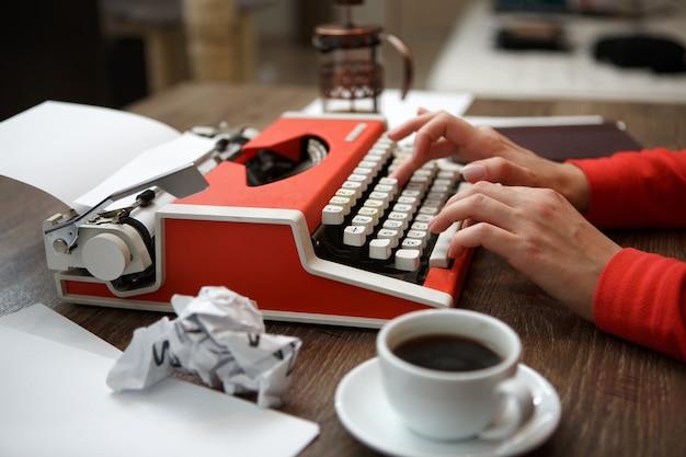 Widok z boku maszyny do pisania na biurku