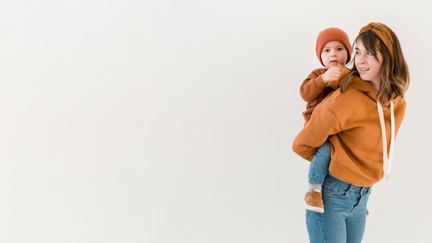 Widok z boku matka z synem w przejażdżkę piggy back