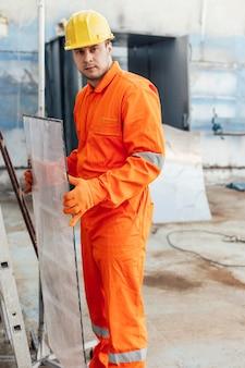 Widok z boku męskiego robotnika z kask