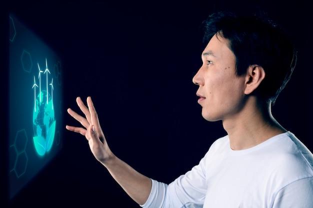 Widok z boku mężczyzna dotykając ręką znak
