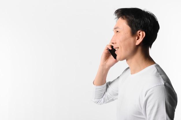Widok z boku mężczyzna rozmawia przez telefon