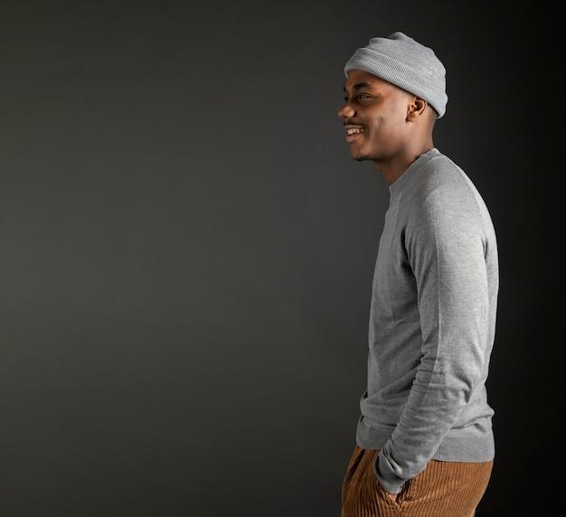 Widok z boku mężczyzna w czapce