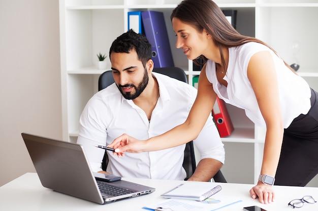 Widok z boku mężczyzny i kobiety armwrestlingu, wywierając na siebie presję, patrząc oczami w oczy, walcząc o przywództwo. biznes, zdjęcie koncepcji społeczeństwa
