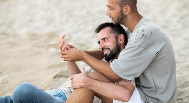 Widok z boku mężczyzny masującego dłoń chłopaka