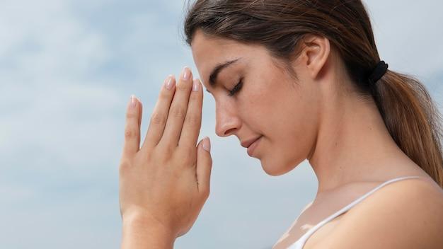 Widok z boku młoda kobieta medytacji