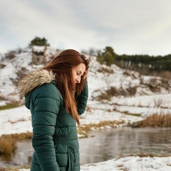 Widok z boku młoda kobieta w przyrodzie