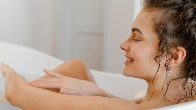 Widok z boku młoda kobieta w wannie
