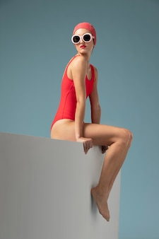 Widok z boku młoda kobieta z czerwonym kostiumem kąpielowym
