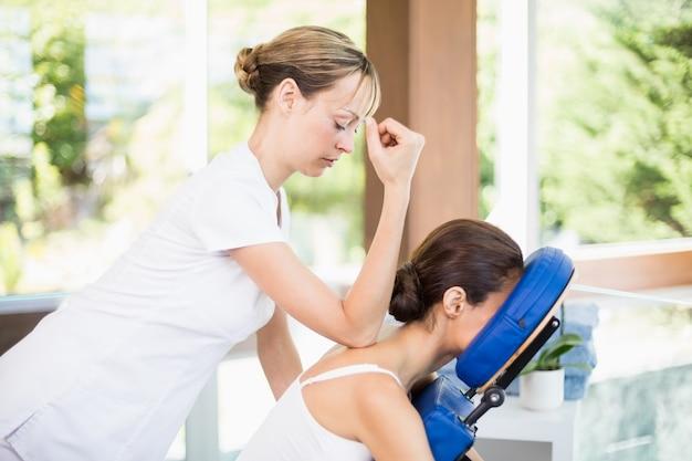 Widok z boku młodej kobiety otrzymujące masaż pleców
