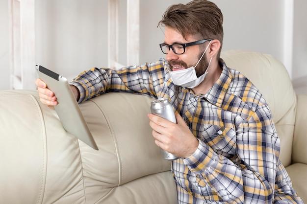 Widok z boku młody mężczyzna tabletu przeglądania