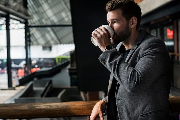 Widok z boku mna picia gorącej kawy
