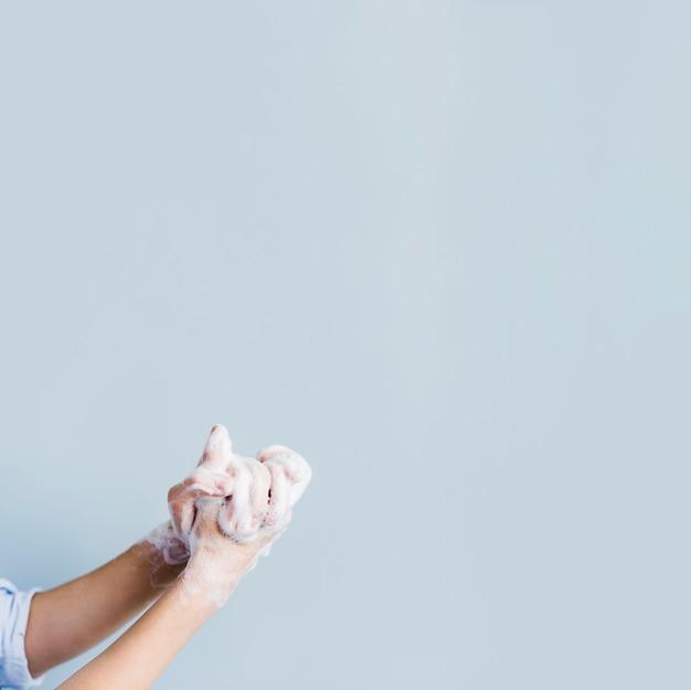 Widok z boku mydlanych rąk do mycia