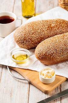 Widok z boku na bochenki chleba z mąki pszennej i żytniej