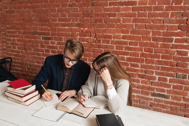 Widok z boku na dwóch uczących się uczniów