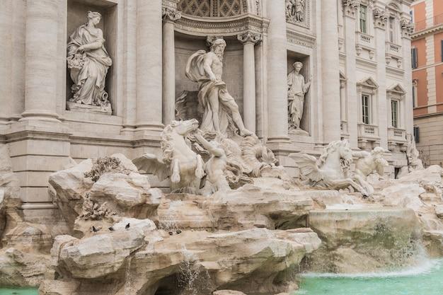 Widok z boku na fontannę di trevi w rzymie?