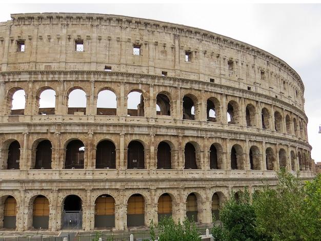 Widok z boku na koloseum w rzymie