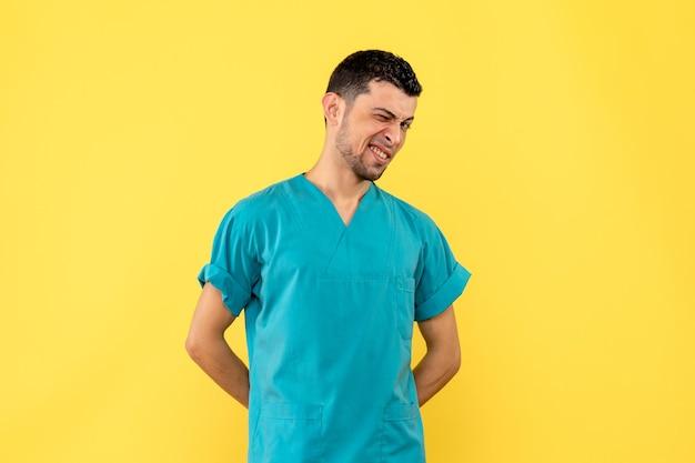 Widok z boku na myślenie lekarza