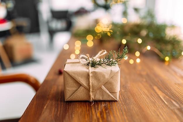 Widok z boku na opakowanie na prezent