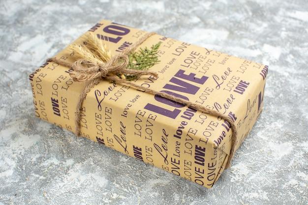 Widok z boku na piękny świąteczny duży zapakowany prezent na powierzchni lodu