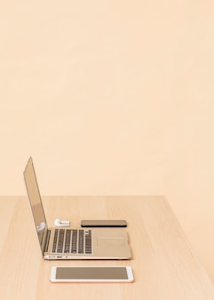 Widok z boku na różne urządzenia cyfrowe biurka