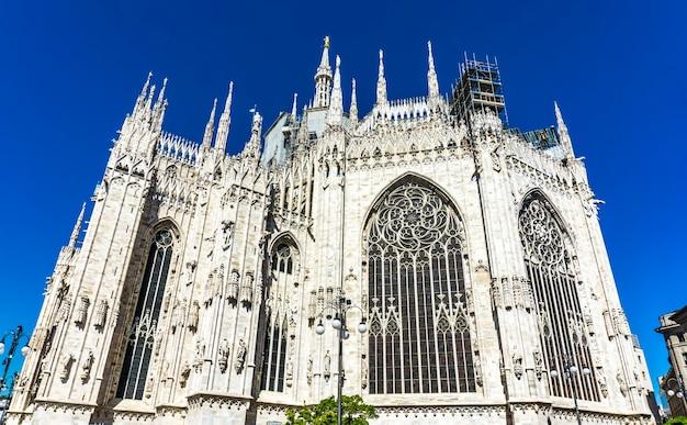Widok z boku na ścianę katedry w mediolanie we włoszech