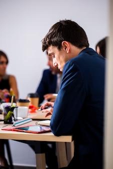 Widok z boku na spotkanie współpracowników