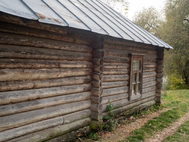 Widok z boku na stary dom z drewna. zabytkowe budynki