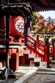 Widok z boku na tradycyjną drewnianą japońską świątynię