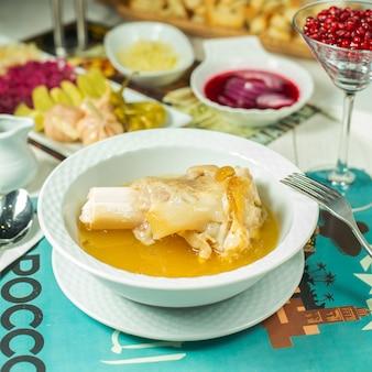 Widok z boku na tradycyjny haszysz do potraw z azerbejdżanu z obranym granatem