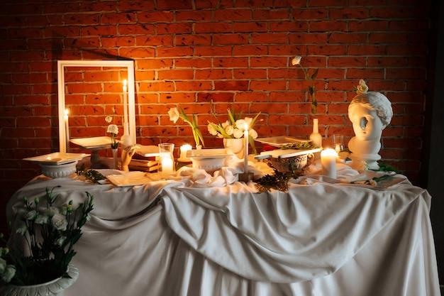 Widok z boku na udekorowany stół na uroczystość bankietową