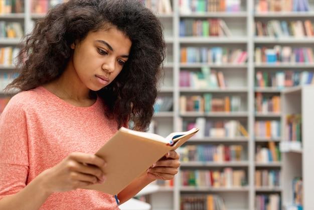 Widok z boku nastolatka czytania