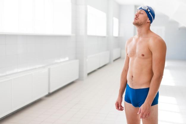 Widok z boku nerwowy pływak przed konkursem