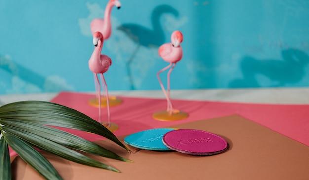 Widok z boku niebieskiej i różowej skórzanej kabiny na różowej flamingo małej figury ściennej