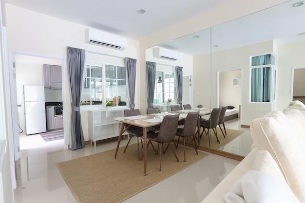 Widok z boku nowego salonu w białym pokoju z miękkim i przejrzystym światłem