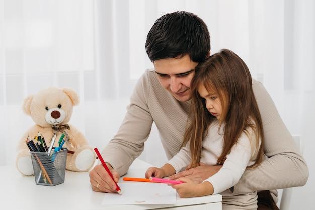Widok z boku ojca i córki razem w domu