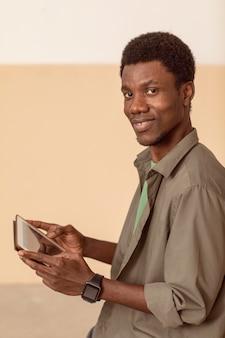 Widok z boku osoby korzystającej z cyfrowego tabletu