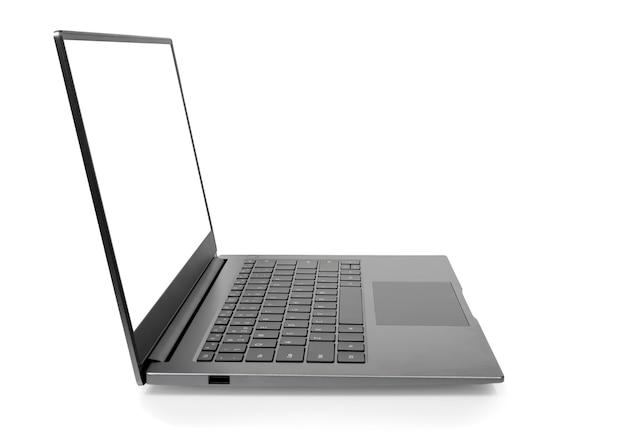 Widok z boku otwartego laptopa pusty biały ekran do makiety i szarego metalowego aluminium