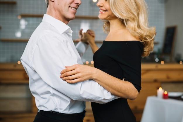 Widok z boku para tańczy