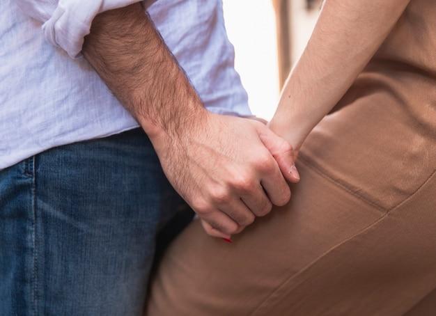 Widok z boku pary trzymając się za ręce