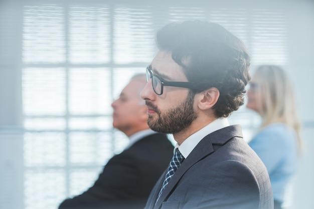 Widok z boku. pewnie człowiek biznesu z niecierpliwością. ludzie biznesu